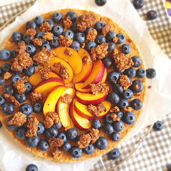 10x Taart voor Pasen recepten - ontbijttaart met crumble bosbes en nectarine