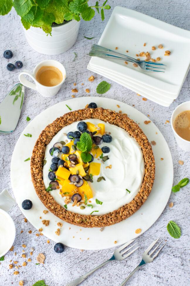 granola taart met yoghurt mango en blauwe bessen