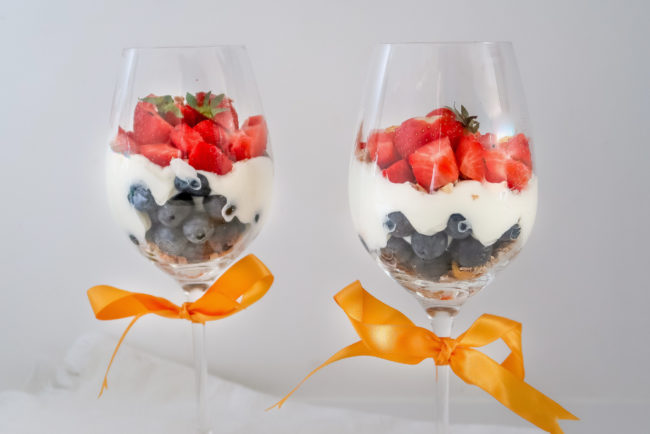 recept video koningsdag ontbijt met drie kleuren yoghurt en fruit © bettyskitchen