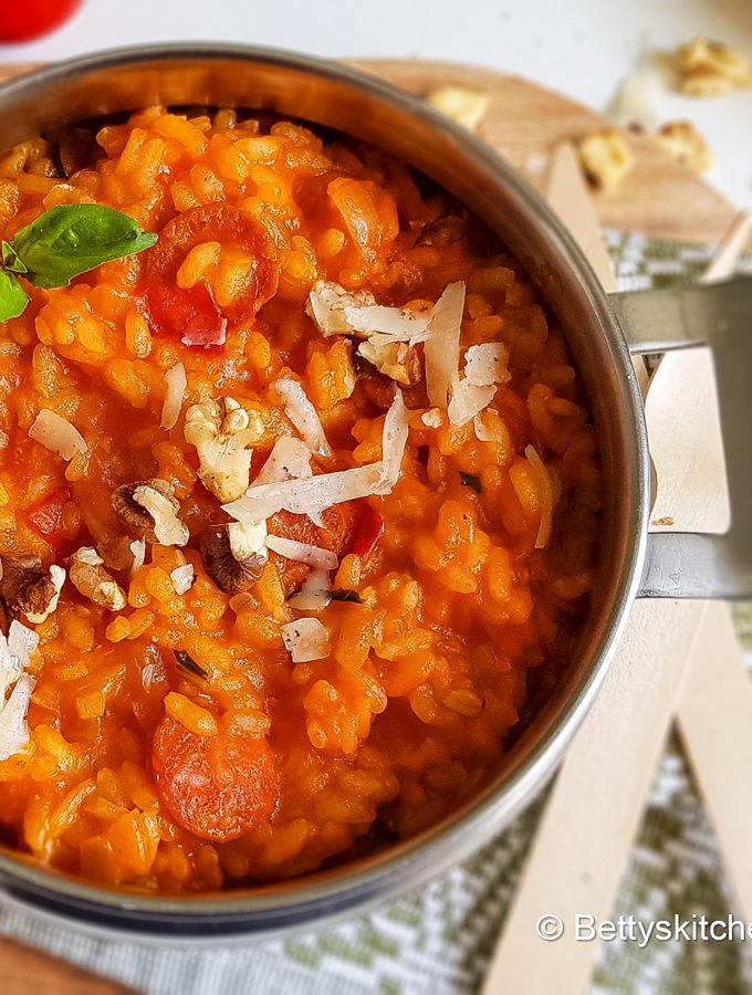 spaanse rijstschotel met chorizo en tomaat