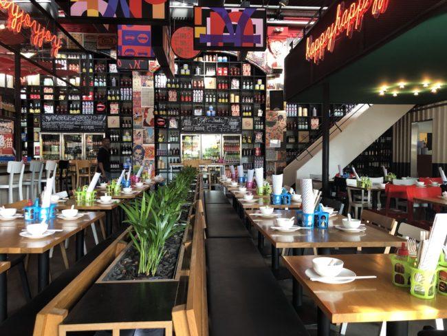 Aziatisch streetfood restaurant HappyHappyJoyJoy east in Amsterdam. Uit eten in Amsterdam met groot terras in de stad.