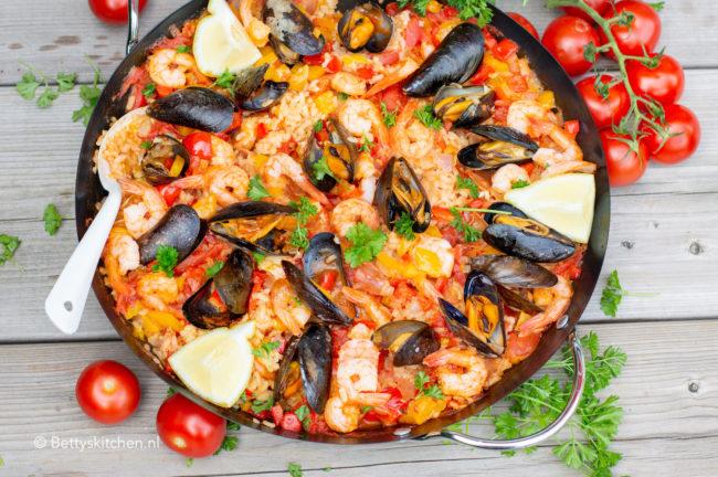 paella met garnalen op de barbecue bereiden campingaz recept © bettyskitchen.nl