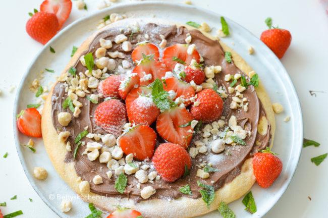 recept_pizza met chocolade en aardbeien en hazelnoten