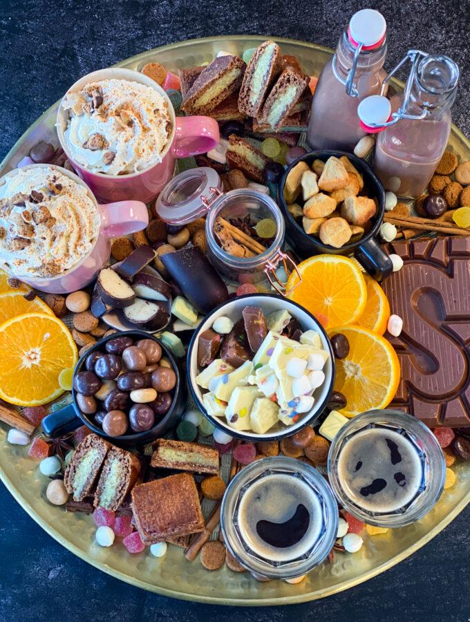 15x sinterklaas recepten om pakjes avond mee te vieren! - sinterklaas borrelplank met chocolade melk letters, marsepein pepernoten kruidnoten koffie en meer