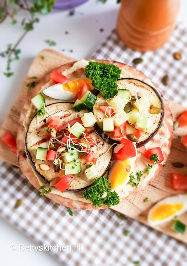 Pita met aubergine, ei en houmous (sabich)