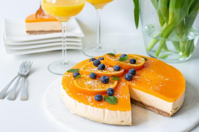 recept voor een oranje ontbijt taart met yoghurt, perzik en sinaasappel. een oranje frisse kwarktaart voor koningsdag