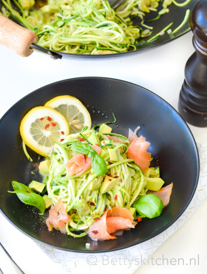 recept courgetti met zalm en avocado