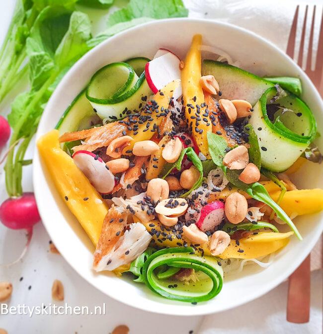 recept voor makreelsalade met mango en noodles