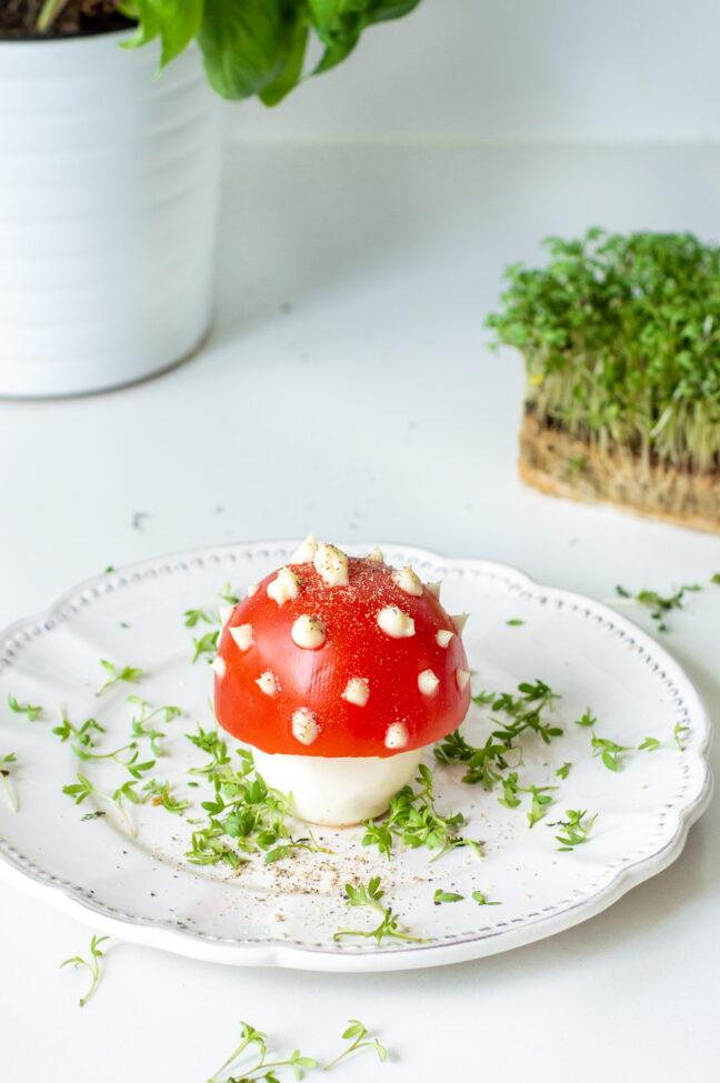 grote paddenstoel van gekookte ei en tomaat © bettyskitchen.nl