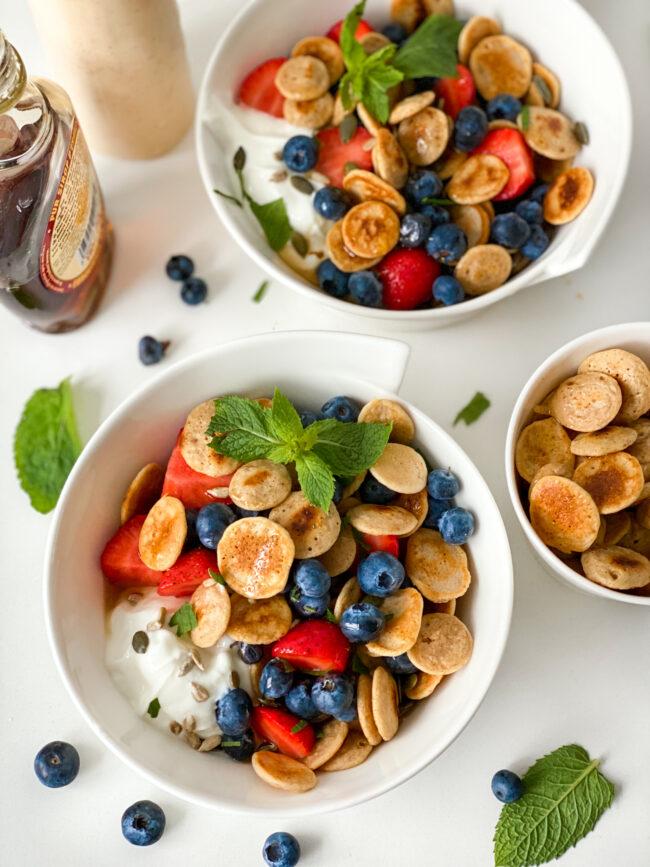 recept voor ontbijtgranen gemaakt van mini pannenkoekjes beslag met yoghurt en fruit © bettyskitchen.nl